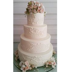 Um clássico  encantador  #weddingcake #coisasdemarilza #mainhaarrasamuito #bombocadobolosfinos #bombocado #feitodeacucar #bolosdecasamento #wedding