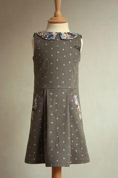 Heel licht gewijzigde variant van deze jurk , maar veel klassieker door de stofkeuze. Ik verplaatste de plooien een klein beetje en liet ze ...