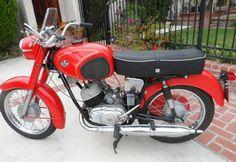 Amikor még a Pannónia P 20 maga volt a motoros költemény! Amikor még szárnyaltunk akár egy sas, a motoron, ami tíz másodperc alatt gyorsult százra és ez így volt pedig hát ez még a nyolcvanas évek előtt volt... Ezen aztán meg lehetett tanulni motorozni és mekkorákat kirándultunk abban az időben :) Nyomj egy lájkot, ha Te is emlékszel! - MindenegybenBlog Native Brand, Honda, Old Motorcycles, Fast Cars, Motorbikes, Harley Davidson, Bicycle, Vehicles, Vintage