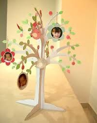 Children hang their faces on the tree for self registration Cute Crafts, Diy And Crafts, Crafts For Kids, Paper Crafts, Cardboard Crafts, Cadeau Parents, Craft Fair Displays, Wedding Plates, Paper Tree