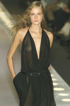 Loewe at Paris Fashion Week Spring 2001 - Runway Photos Curvy Girl Fashion, Fashion Models, Fashion Beauty, Fashion Show, Beautiful Girl Image, Gorgeous Women, 2000s Fashion, Paris Fashion, Lady Gaga Outfits