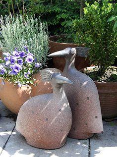 Pfauenvögel, Gartenkeramik von Margit Hohenberger