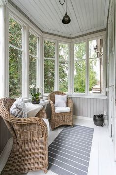 101 Comfy And Cool Sunroom Decor Ideas For Small Spaces - Asunroom is a beautiful space within the house. It's a place where people may enjoy the beauty of the outdoors with the comfort of the indoors. Sunroom Furniture, Outdoor Furniture Sets, Furniture Design, Outdoor Rooms, Outdoor Living, Small Sunroom, 3 Season Room, Flur Design, Sunroom Decorating