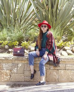 Mom Jeans, with cowboy hat. Cowboy streetstyle Bogotá streetstyle, Ray Ban Clubmasters Native American poncho Personal style, What I wore Red Cowboy Hat, Cowboy Chic, Mom Jeans Outfit, Wayfarer Sunglasses, Red Hats, Gold Style, Fashion Books, Preppy Style, Jean Outfits