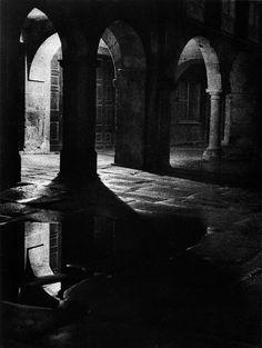 Los soportales son sin duda uno de los elementos de mayor identidad de la ciudad vieja. Nocturno de Compostela, 1951