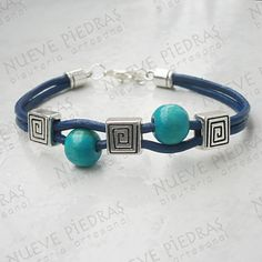 Friendship bracelets are a great craft that you can take anywhere! They're especially nice for people who have failed repeatedly Leather Jewelry, Wire Jewelry, Jewelry Crafts, Beaded Jewelry, Jewelery, Jewelry Bracelets, Diy Schmuck, Schmuck Design, Making Jewelry For Beginners