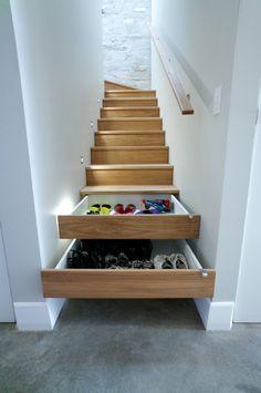 Holztreppe mit Schubfächern-klug integriert-Stromfreie Lichtspots