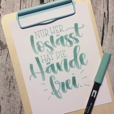 heute lassen wir los mit ich bin immer noch ganz verliebt in den to… Today we let go I'm still in love with the tombow and it fits almost perfectly to the clipboard of Brush Lettering, Lettering Design, Hand Lettering, Branding Design, Petra, Letter Art, Letters, Motivational Wallpaper, Alphabet