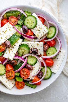 Lekkie sałatki polecane przez dietetyka. Uroda i Zdrowie - serwis nie tylko dla kobiet! Greek Salad Recipes, Best Salad Recipes, Healthy Recipes, Raw Recipes, Healthy Foods, Healthy Life, Eating Raw, Healthy Eating, Eating Clean