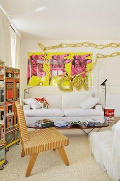Mezclar con arte - AD España, © Manolo YlleraA la izquierda, biombo de Piero Fornasetti y, colgado encima, pintura de Michael Würthle. Delante, silla de Pierre Jeanneret de los 50.