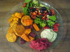 Wow, so eine Platte wie bei Anne möchte ich auch verputzen: Kürbis, Süßkartoffeln und rote Beete,  Hummus, Salat mit Spinat, Oliven, Tomate Kidneybohnen und Paprika.