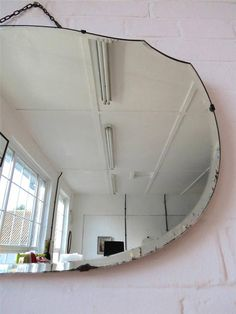 Specchio da parete Art Déco originale incantevole con gran forma. Starebbe benissimo in ambiente contemporaneo. Specifiche delloggetto Altezza: 40,5 cm (circa 16,00) Larghezza: 65,5 cm (circa 25,50) : Peso 5,60 Rif: 4509 Condizione: qualche macchia di luce è argentatura e alcuni leggeri appannamento
