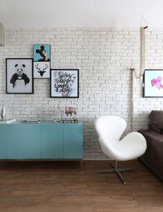 #designdrops * Inspiração: Um lindo contraste neste ambiente, piso em madeira e os tijolinhos pintados de branco uma combinação perfeita. Aqui ainda um balcãoazul com a poltrona Swan em couro branca complementa o estilo vintage industrial.