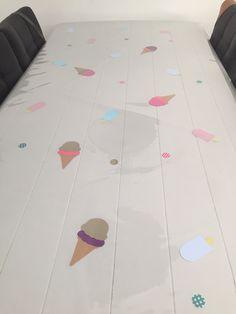 ijsjes versiering onder plastic tafelkleed