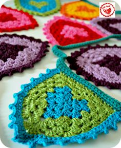 ❤ Free Granny Heart Bunting Pattern & Tutorial by Jam Made. This is awesome!  Thanks for sharing! ㋡ CQ
