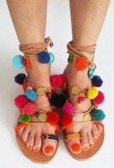 Moda étnica: sandália de pompons coloridos