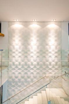 Veja esse lindo projeto com o revestimento Dyamante que trouxe amplitude e sofisticação para essa escadaria. Projeto da arq. Laura Lage Portuetto. Contemporary Interior Design, Home Interior Design, House Staircase, Interior Stairs, Glass Design, Luxury Living, Home Projects, 3 D, House Design