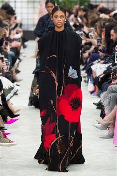 Guarda la sfilata di moda Valentino a Parigi e scopri la collezione di abiti e accessori per la stagione Collezioni Autunno Inverno 2018-19.