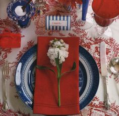 Chinoiserie Chic: Red, White and Blue Chinoiserie. Perfectly chic table setting for your July or Bastille day fête! Blue Table Settings, Beautiful Table Settings, Place Settings, Setting Table, Bastille Day, Chinoiserie Chic, Patriotic Decorations, Patriotic Party, Deco Table