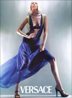 Amber Valletta fotografiada por Steven Meisel para la campaña SS 1998 de Versace
