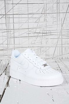 cheap for discount b5890 d7048 Nike - Baskets basses Air Force 1 blanches chez Urban Outfitters Nike Air  Force Ones,