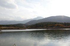 Dağların arasında kalmış güzel mi güzel bir gölet.