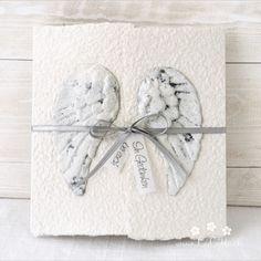 """Mit dieser handgemachten und individualisierbaren Trauerkarte """"Engelsflügel"""" für Erwachsene, Kinder und Baby's können Sie den Angehörigen ihr herzliches Beileid ausdrücken. Die Karte besteht aus handgeschöpftem Papier, welches ich mit viel Leidenschaft selbst schöpfe. Die Karte ist in 11 Farbvariationen erhältlich. Eine Individualisierung mit einem Wunsch-Titel kann ebenfalls gewählt werden. #Beileidskarte #Trauerkarte #Kind #Baby #Engelsflügel #beileid #stein #stone #handgemacht… Clock, Gift Wrapping, Gifts, Decor, Paper, Baby Angel Wings, Adult Children, Wish, Embellishments"""