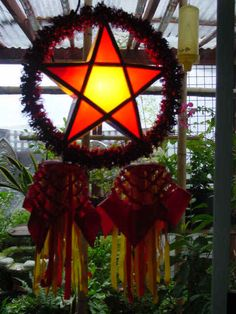 A more traditional and inexpensive Parol. The kind we used to buy in Las Pinas every Christmas. Diy Christmas Parol, Christmas Lanterns Diy, Christmas Scenes, Christmas Star, Christmas Ideas, Parol Diy, Parol Filipino, Christmas In The Philippines, Christmas Tree Decorations
