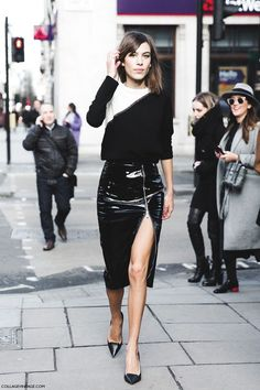 Alexa Chung, look preto e banco, suéter, saia de fenda com ziper preta, scarpin preto