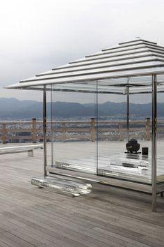 該項目起源於透明日本眾議院的建築計劃,在2002年的結構坐在旁邊的青蓮院寺,這是在794和1185的想法之間的平安時代建成至今已經發展成為一個透明的茶館首次提出,集成了象徵日本文化形象的建築項目 - 主辦精心製作的茶道。該茶藝館的屋頂是由重疊的玻璃面,由細長的鋼框架設有鏡面與玻璃偽裝支持。 寇-AN玻璃茶坊,日本京都由吉岡德仁 攝影:安武近藤