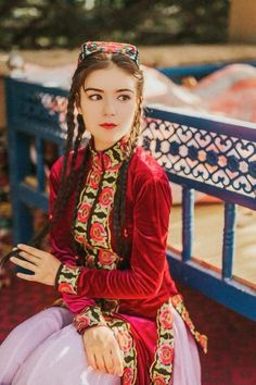 Uyghurs are going through an ethnic laundry machine in China. Culture Clothing, Folk Clothing, Pakistani Wedding Outfits, Folk Costume, Costumes, Beauty Around The World, Asian Cute, Mori Girl, Muslim Fashion
