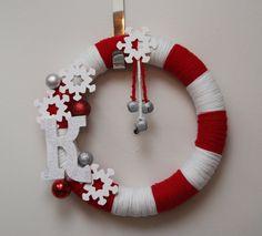 christmas yarn wreath by suzette Diy Yarn Wreath, Wreath Crafts, Christmas Projects, Holiday Crafts, Tulle Wreath, Burlap Wreaths, Wreath Ideas, Door Wreaths, Straw Wreath