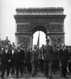 Robert Doisneau.Le Général De Gaulle descend les Champs Elysées 26 août 1944