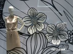 brand:Raoul  Raoul attaches great importance to their own window display design, and will the latest fashion trends and often series elements display in the window. With the theme of floral floral window display design in December of 2012, when other buyers shop is still in use Christmas decoration elements in their stores. Raoul in black and white flower pattern can be seen everywhere in the window, with the showing of the series