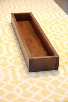 How to make a wood planter box centerpeice {tutorial} Have you seen the cute wooden planter boxes al Wooden Planter Boxes, Wood Planter Box, Wood Boxes, Wooden Table Box, Planter Pots, Diy Wood Projects, Wood Crafts, Woodworking Projects, Woodworking Plans