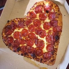 Discovered by ♡. Find images and videos about food, heart and yummy on We Heart It - the app to get lost in what you love. Just Pizza, 17 Kpop, Sleepover Food, Junk Food Snacks, Food 101, Weird Food, Food Goals, Cupcake, Food Cravings