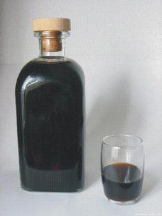 Cómo hacer licor café. El licor café es una bebida espirituosa muy típica de Galicia que se elabora con aguardiente u orujo (como es más típico llamarle en aquellas tierras), café y... Bar Drinks, Cocktail Drinks, Alcoholic Drinks, Cocktails, Homemade Liquor, Baileys, Coffee Recipes, Summer Drinks, Wines