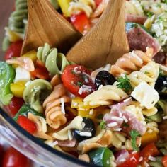 When spring and summer roll around, it is important to have creamy macaroni salad recipes on hand. This Southern cooking recipe for Homestyle Macaroni Salad with Bacon is sure to become one of your go-to deli salad recipes for parties and picnics. Soup Recipes, Salad Recipes, Cooking Recipes, Party Recipes, Chili Recipes, General Tao Chicken, Spend With Pennies, Pasta Salad Italian, Stuffed Mushrooms