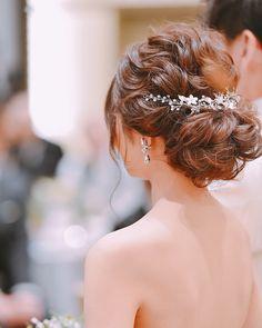 ゆるふわなシニヨンヘアにキラッと輝くヘッドドレス&イヤリングがすごく似合ってる~♩ Boy Hairstyles, Pretty Hairstyles, Wedding Hairstyles, Flower Crown Hairstyle, Bridal Hairdo, Gold Hair, Prom Hair, Hair Pieces, Wedding Makeup
