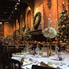 Christmas at Hogwarts | The tablecloths have been laid, the festive centrepieces are in place, & there are even crackers too! #DinnerInTheGreatHall