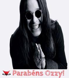 O roqueiro Ozzy Osburne completa 66 anos hoje! Osburne ficou conhecido mundialmente como vocalista do Black Sabbath, onde conquistou uma legião de fãs.   #FelicidadesOzzy #BlackSabbath #Rock