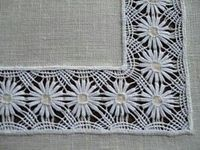 Este bordado é feito em um tecido de algodão branco tradicional, também inicialmente com linha branca, mesmo se a cor veio com o tempo. Este bordado actualização é feita com a utilização de um tambor (2 círculos concêntricos de madeira macia, equipado, agarrando o tecido para comum). 1 st passo: rastreamento quadrados vazios desenhando o filho. 2 ° passo: preenchendo os quadrados ocos, por bordado, o fio e a agulha. Os padrões podem ser geométrica, flores, borboletas, caracóis.