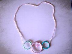 Collana Cerchi di riciclo con colori pastello rosa e verde acqua, fatta a mano all'uncinetto , by La piccola bottega della Creatività, 7,90 € su misshobby.com