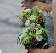 The soft mushroomy shades of the Metalina Roses and the Amnesia Roses really lift the green shades and add an enetirely new dimension to these bouquets