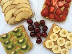 Wer liebt sie nicht, die Erdnussbutter? Wir haben auf unserer Seite ein Rezept zur Herstellung von Erdnussbutter. Das Ergebnis sind diese Erdnussbutter-Brote mit Früchten.