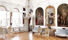 Riddarsalens stuckaturer i rokoko är gjorda av den italienska stuckatören Gianol. Ljuskronan är från 1700-talet. Förgylld väggspegel i rokoko.