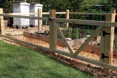 Ideas Garden Ideas Cheap Fence Simple For 2019 Cheap Garden Fencing, Small Garden Fence, Fenced Vegetable Garden, Diy Fence, Backyard Fences, Fence Ideas, Garden Gate, Garden Fences, Backyard Chickens