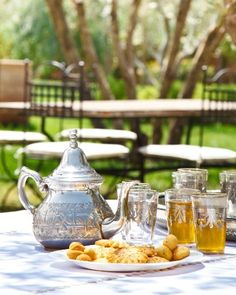 Moroccan mint tea and Moroccan sweets. Coffee Set, Coffee Cafe, Marrakesh, Mint Tea, Oolong Tea, My Cup Of Tea, Tea Ceremony, Nutrition, Vintage Tea