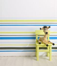 Streifen an der Wand im Kinderzimmer streichen