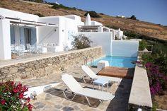 Maison à Drios, Grèce. La maison est située sur l'île de Paros, à flanc d'une colline orientée sud-est. En été, le soleil brille et irradie la maison dès son lever jusqu'en début de soirée. Depuis les chambres et la vaste terrasse, on jouit d'une vue panoramique sur la ...